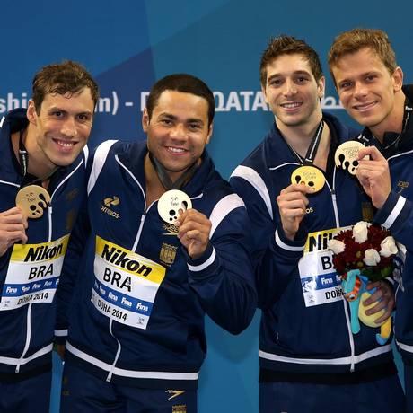Guilherme Guido, Felipe França, Marcos Macedo e Cesar Cielo com a medalha de ouro no 4x100m medley no Mundial de Doha Foto: Satiro Sodré / SSpress/Divulgação