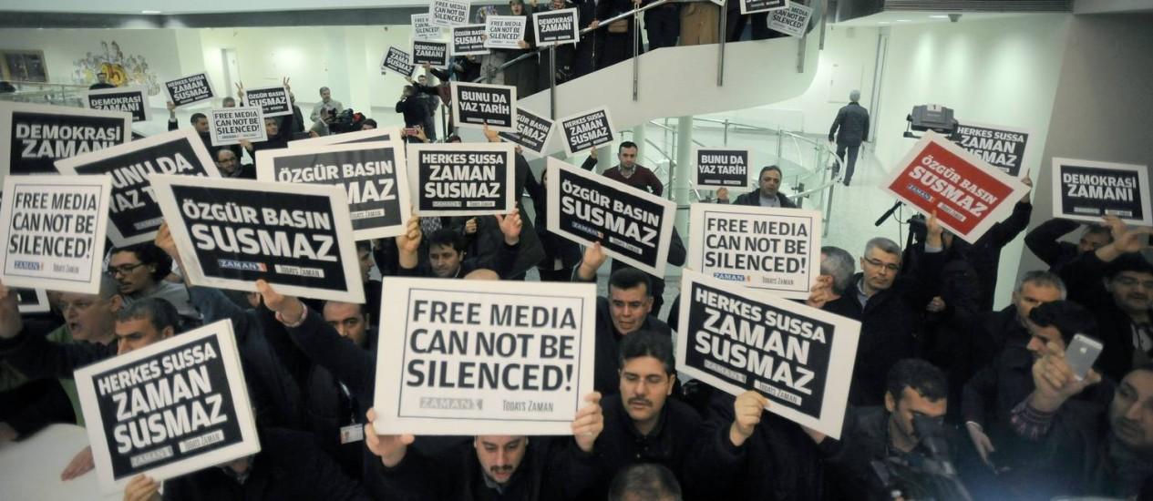 """Manifestantes reunidos na sede do diário """"Zaman"""", em Istambul. Mais de 20 pessoas, incluindo jornalistas foram presas em operação policial, acusadas de participar de conspiração ligada ao clérigo Fetullah Gulen Foto: AP"""