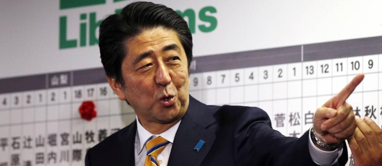 Primeiro-ministro japonês, Shinzo Abe. Coalizão do governo conquistou importante vitória na eleição deste domingo Foto: Toru Hanai / REUTERS