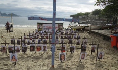 Cruzes representam policiais mortos por bandidos Foto: Leitor José Conde