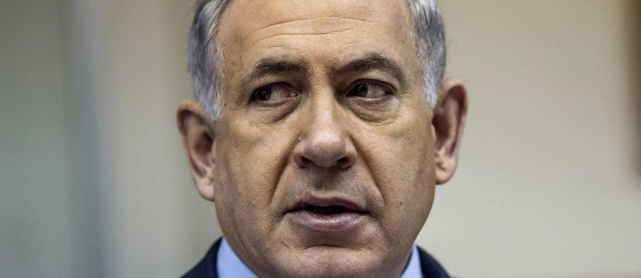 Benjamin Netanyahu, durante reunião da equipe de governo. Primeiro-ministro israelense afirmou que proposta palestina será rejeitada caso seja votada no Conselho de Segurança Foto: POOL / REUTERS