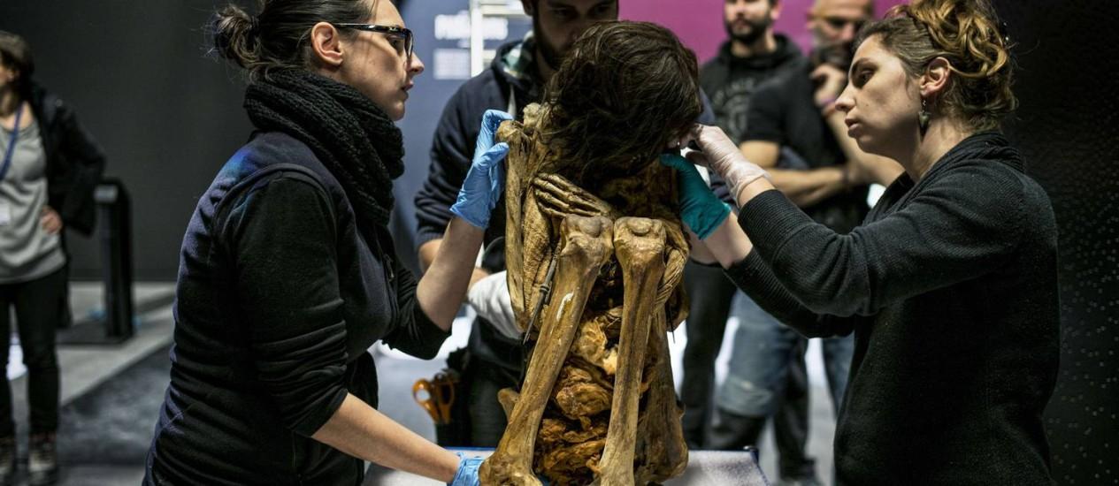 Múmia será mantida em posição fetal para exposição Foto: JEFF PACHOUD / AFP
