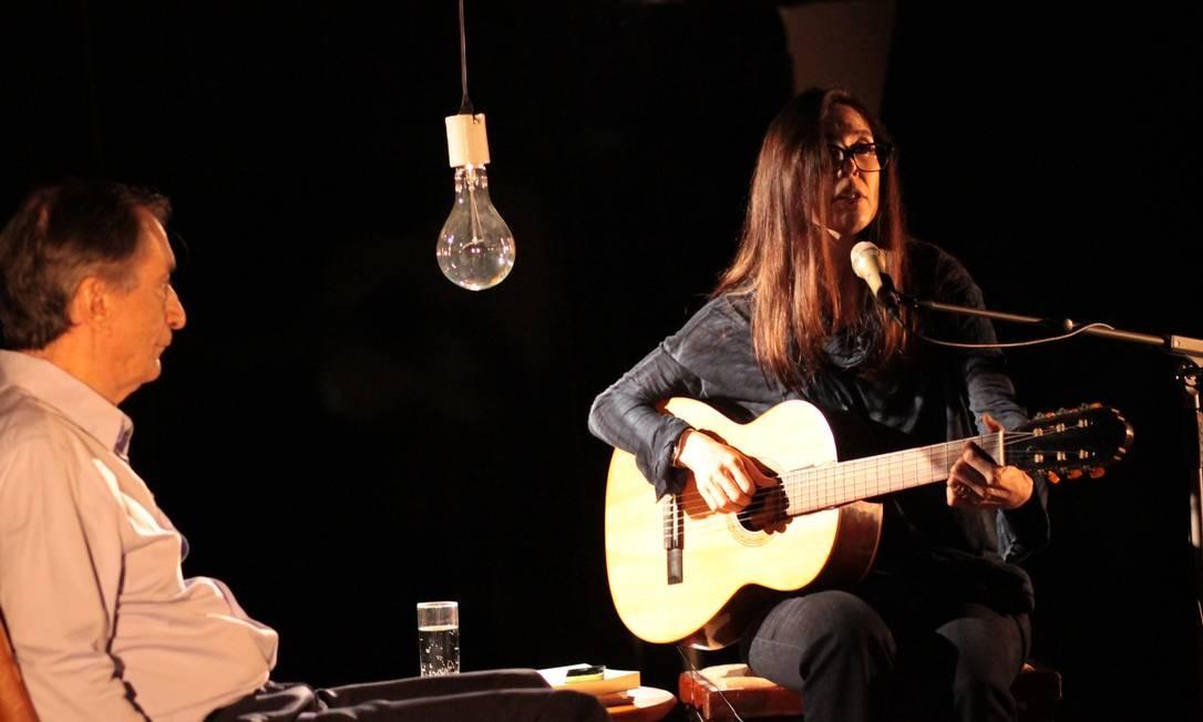 """Empunhando seu violão, Adriana Calcanhotto recebe o poeta Antonio Cícero (à esquerda) no programa """"Poesia em movimento"""" Foto: / Divulgação/Mari Malta"""
