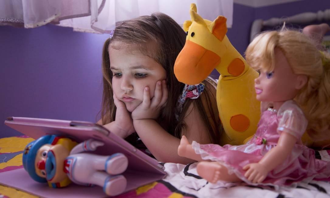 Com quatro anos de idade, Isadora Falcão ainda não sabe ler nem escrever, mas demonstra muita habilidade em manusear o seu Ipad Foto: Ana Branco / Agência O Globo