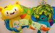 Os mascotes Vinicius, de amarelo, e Tom, de azul