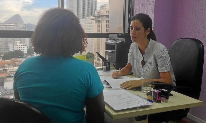 Z. é atendida por uma defensora pública no 1º Juizado de Violência Doméstica e Familiar (Foto: Fernanda da Escóssia / O Globo)