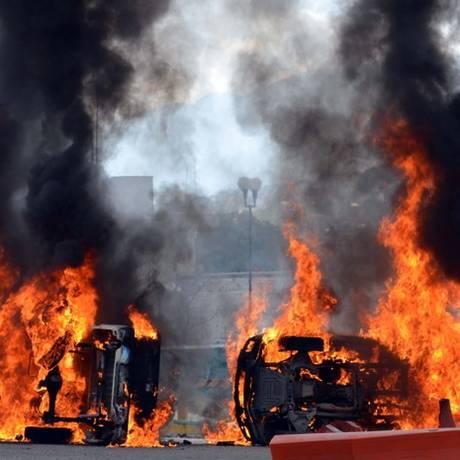 Veículos foram incendiados na entrada da academia de polícia de Guerrero Foto: Alejandrino Gonzalez / AP