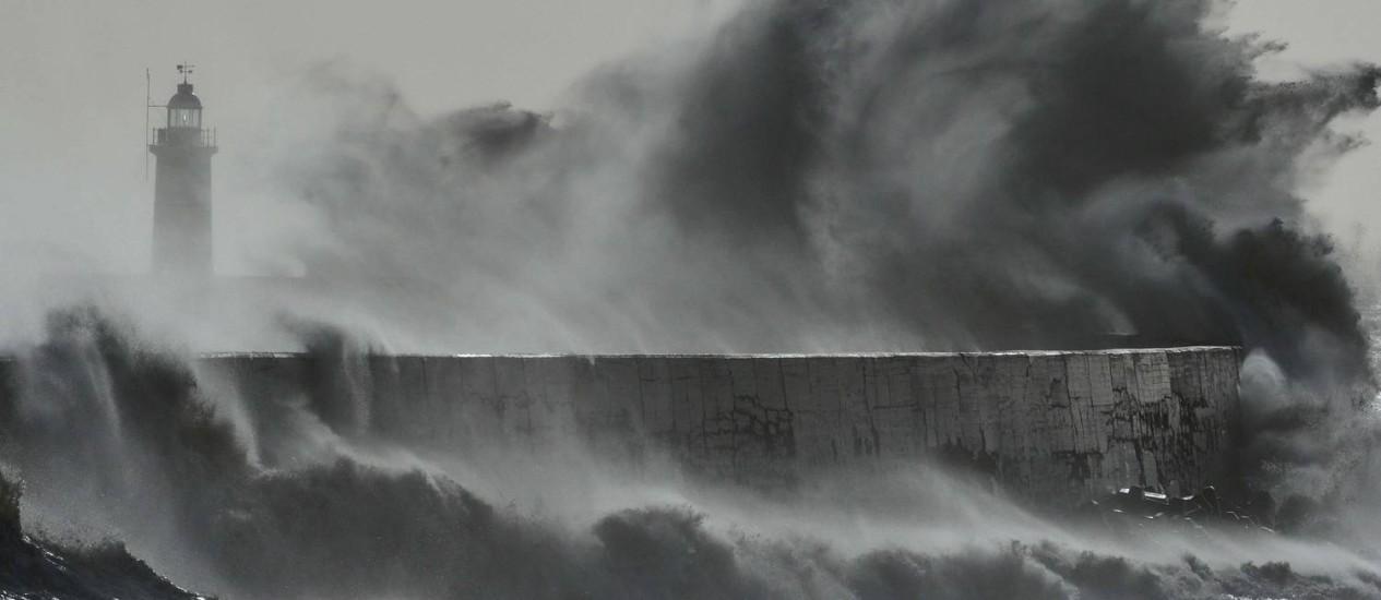 Tempestade faz ondas encobrirem farol em Newhaven, sul da Inglaterra, em fevereiro deste ano Foto: TOBY MELVILLE / REUTERS