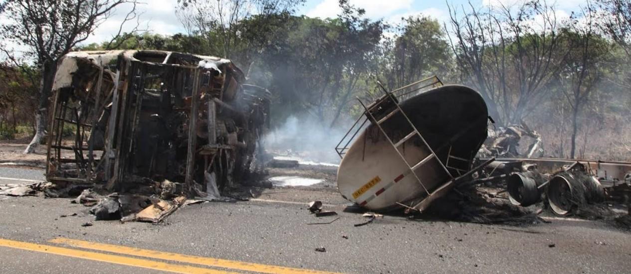 O ônibus e o caminhão ficaram destruídos após colisão na BR-316, no Piauí Foto: Efrém Ribeiro