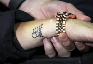 Laís Souza exibe a tatuagem no braço que mostra sua fé em voltar a andar Foto: Cezar Loureiro / Agência O Globo