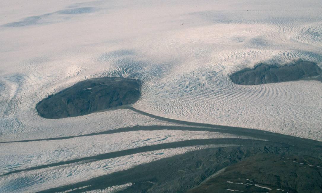 Cobertura de gelo da Groenlândia está ficando mais fina e formação de lagos supraglaciais está avançando para o interior da ilha, o que deverá acelerar ainda mais processo de derretimento Foto: Beata Csatho