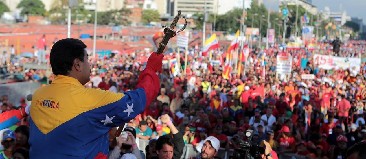 Nicolás Maduro com a espada de Simón Bolívar durante protesto contra as sanções americanas em Caracas. Presidente venezuelano propôs criação de comitê para levar à Justiça crimes cometidos durante a Guerra do Iraque Foto: JUAN BARRETO / AFP
