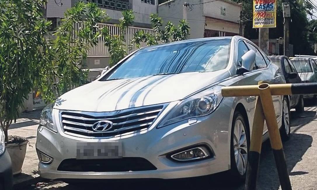 Luxo em Rocha Miranda: propriedade de um sargento, o Hyundai Azera 3.0 V6 ano 2013 está avaliado em R$ 102 mil pela tabela Fipe Foto: Sérgio Ramalho / O Globo