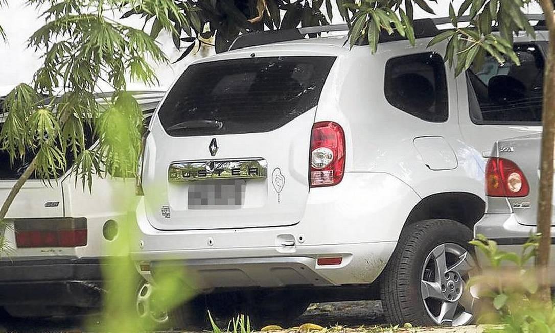 Em Bangu, vaga cativa no pátio: Renault Duster fabricada este ano e com valor de mercado entre R$ 49 mil e R$ 62 mil. Picape de soldado foi flagrada estacionada dentro do batalhão Foto: Antonio Scorza / Agência O Globo