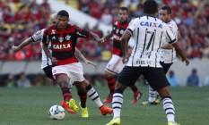 Flamengo x Corinthians no Maracanã, em jogo do Brasileirão de 2014: os dois clubes são os que mais recebem da TV Foto: Marcelo Carnaval / Agência O Globo