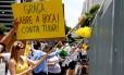 Manifestantes fazem faxinaço na frente da sede da Petrobras, na avenida Paulista, em São Paulo, em protesto contra a corrupção na empresa