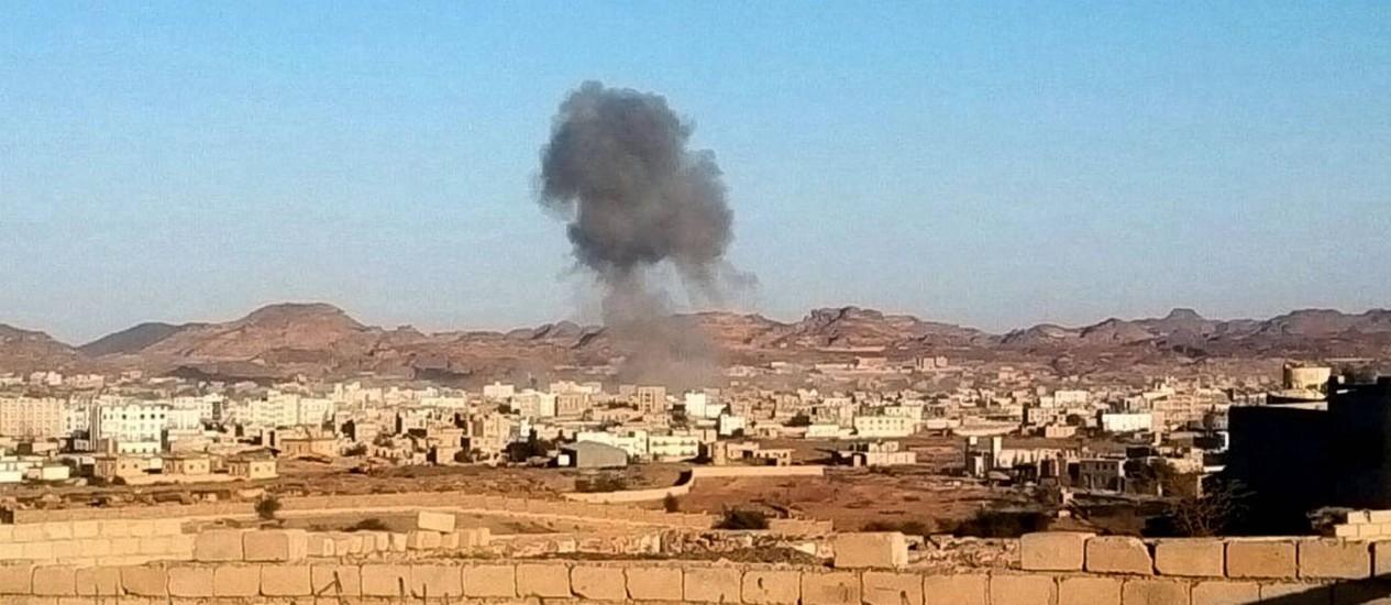 Fumaça sobe da explosão de um carro-bomba em Radaa, no Iêmen: crianças mortas tinham menos de 12 anos Foto: STR / AP