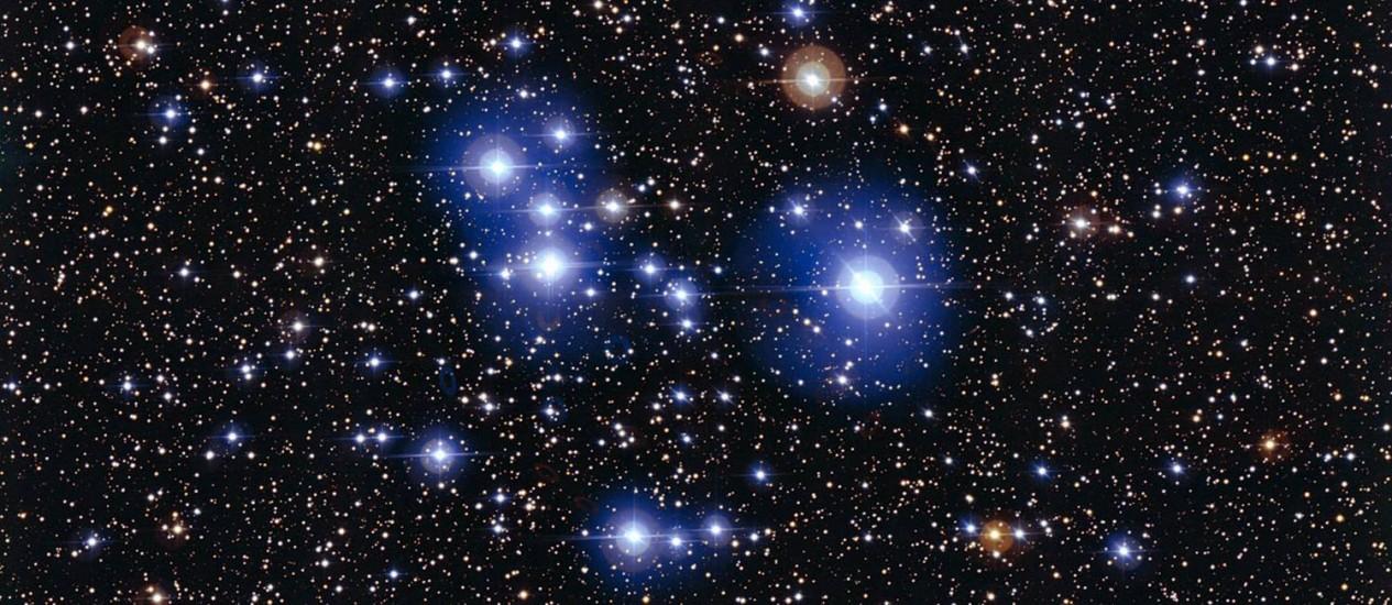 Imagem do aglomerado estelar Messier 47 exibe estrelas formadas na mesma época mas em fases diferentes de sua evolução: as menores ainda apresentam o brilho azul característico de sua juventude, enquanto as maiores já atingiram o estágio de gigantes vermelhas, um dos últimos da vida destes astros Foto: ESO