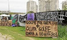 Insatisfeitos. Manifestação ocupa frente da obra do campo de golfe Foto: Agência O Globo / Guilherme Leporace