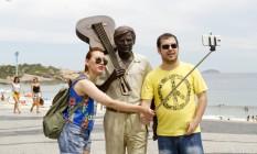 A estátua, inspirada em uma fotografia em que Tom aparece carregando seu violão, é a mais nova atração do calçadão de Ipanema, com a Pedra do Arpoador ao fundo Foto: Bia Guedes