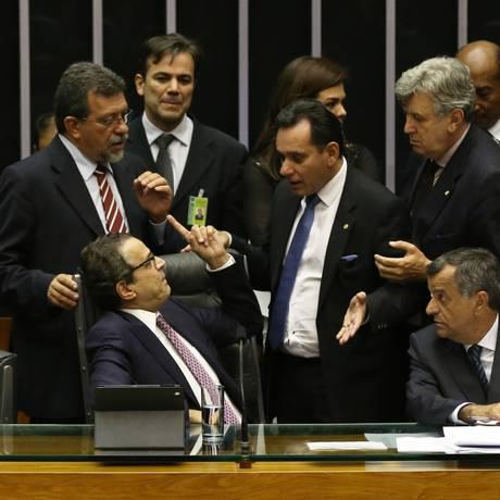 Deputado Nilson Leitão (PSDB-MT) pressiona o Presidente da Câmara Henrique Edurado Alves (PMDB-RN) durante a votação no plenário da Cãmara Foto: Ailton de Freitas / Agência O Globo