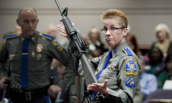 A detetive Barbara J. Mattson segura uma AR-15 do mesmo tipo do usado por Adam Lanza no tiroteio de Newtown Foto: Jessica Hill / AP/28-1-2013