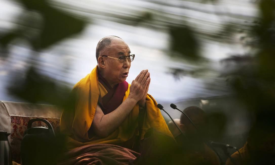 Dalai Lama reza em Nova Deli, na Índia, nesta terça-feira Foto: Tsering Topgyal / AP