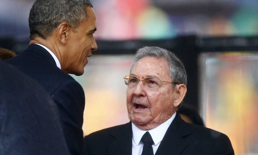 Obama e Raúl Castro se cumprimentam e conversam no velório de Nelson Mandela: conversas sobre retomada de relações vinham em crescente Foto: KAI PFAFFENBACH / Reuters