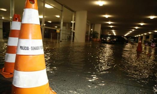 Com a chuva, chapelaria do Congresso ficou alagada Foto: Ailton de Freitas / Agência O Globo