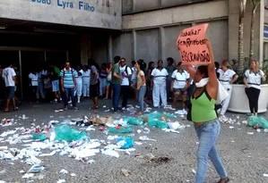 Funcionários da limpeza protestam contra atraso nos salários na Uerj Foto: Reprodução / Uerj da Depressão