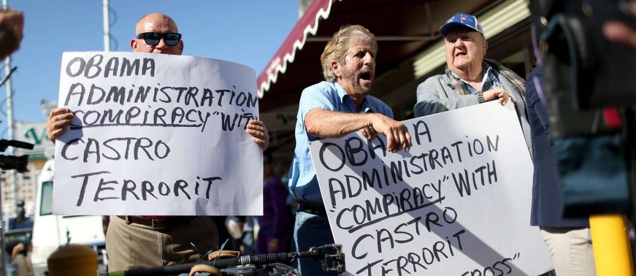 Manifestantes de origem cubana em protesto contra as medidas do presidente Barack Obama, no bairro de Little Havana, em Miami Foto: JOE RAEDLE / AFP