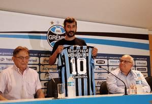 Douglas exibe a nova camisa Foto: Divulgação / Grêmio