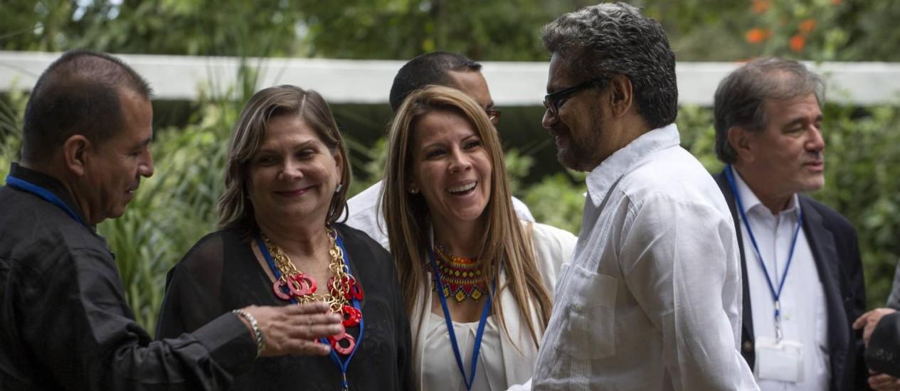 Ivan Marquez, chefe da delegação das Farc nas negociações de paz de Havana se encontra com representantes das famílias das vítimas do conflito colombiano. Guerrilha anunciou cessar-fogo por tempo indeterminado Foto: Ramon Espinosa / AP