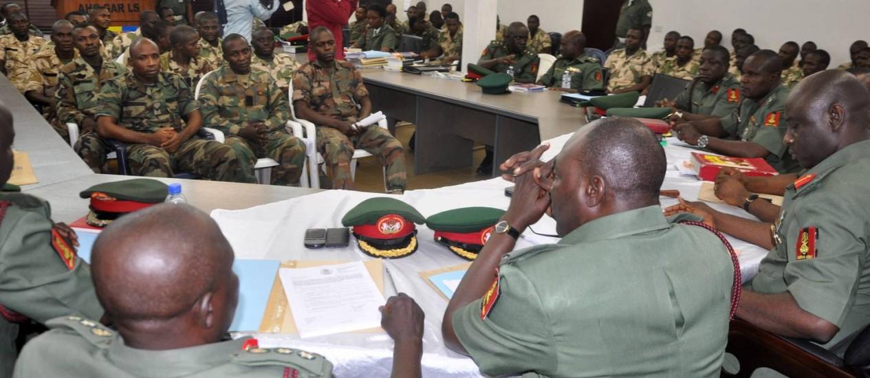 Em foto de outubro, soldados nigerianos são ouvidos na corte marcial. Nesta quarta, em julgamento secreto, 54 foram condenados à morte Foto: Olamikan Gbemiga / AP