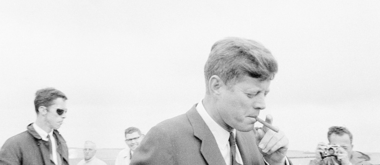 Em maio de 1963, JFK fuma um charuto: presidente americano era um notável fã dos produtos cubanos Foto: Cecil Stoughton / White House/John F. Kennedy Presidential Library and Museum