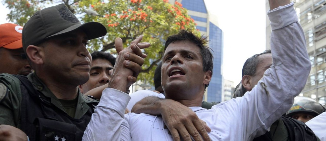 Leopoldo López se entrega às autoridades em fevereiro: acusações de perseguição política na Venezuela se multiplicam Foto: JUAN BARRETO / AFP