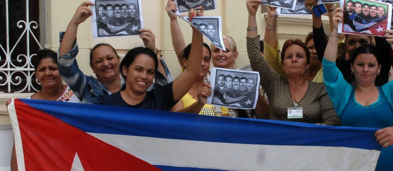 Cubanos celebram a libertaçao de três prisioneiros, como parte da retomada de relações entre o país e os Estados Unidos: fortes expectativas para a economia Foto: ROBERTO MOREJON / AFP