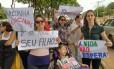 Pais manifestam em frente à sede da Anvisa, em Brasília. Anny Fischer é uma das participantes