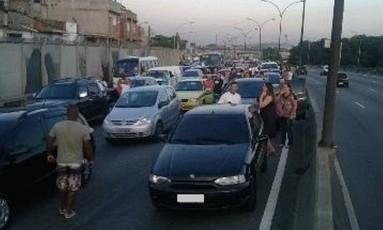 Motorisras assustados saíram dos carros para esperar a ação dos bandidos terminar Foto: Foto de leitor