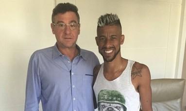 Léo Moura ao lado do empresário Eduardo Uram Foto: Reprodução / Internet