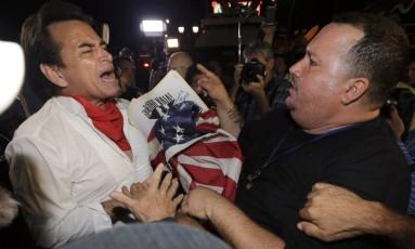 Opiniões divergentes. O dissidente Sisay Barcia, à direita, discute com um apoiador de Obama na região de Little Havana, em Miami Foto: Alan Diaz/AP