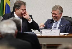 Marco Maia (PT-RS) ri ao conversar com o colega Gim Argello (PTB-DF) Foto: Givaldo Barbosa / Agência O Globo