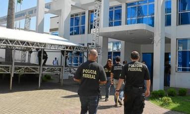 Policiais chegam à prefeitura de Itaguaí durante a Operação Gafanhotos Foto: Carlos Roberto / Jornal Atual
