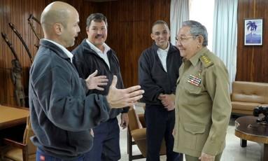 Em Havana. O presidente Raúl Castro recebe os três prisioneiros cubanos libertados pelos EUA: republicanos planejam sabotar os planos de Obama para tentar retomar as relações diplomáticas com Cuba e levantar o embargo Foto: - / AFP