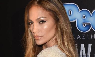 No red carpet, Jennifer Lopez deu uma conferida no decote Foto: Jason Merritt / AFP