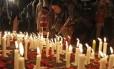 Paquistaneses acendem velas em memória das vítimas do massacre à escola de Peshawar: as Forças Armadas aumentam a ofensiva contra extremistas