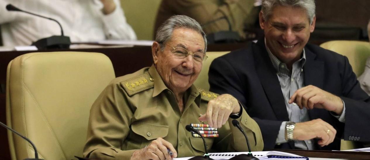 Raúl Castro ri durante assembleia semestral em Havana: presidente comemorou retomada das relações com Washington Foto: Ismael Francisco/Cubadebate / AP