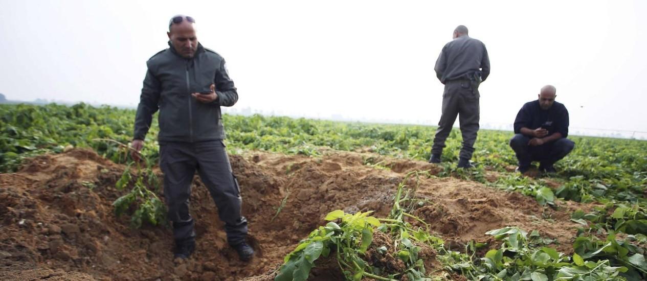Forças israelenses aproximam-se de restos de foguetes lançados de Gaza contra Israel Foto: ILAN ASSAYAG / REUTERS