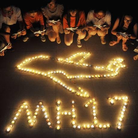 Estudantes acendem velas em memória das vítimas do avião MH17 na universidade de Yangzhou Foto: CHINA STRINGER NETWORK / REUTERS