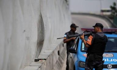 Policiamento reforçado na Linha Vermelha: homens do BPVE posicionados no ponto onde há buracos nos painéis acústicos Foto: Rafael Moraes / Agência O Globo
